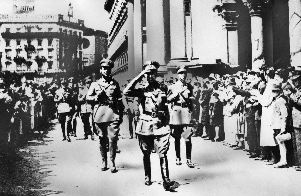 Alfredo Malgeri e i suoi uomini sfilano in città dopo la Liberazione