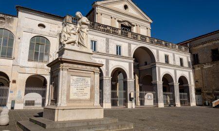 Statua della Carità e chiesa dell'Annunziata