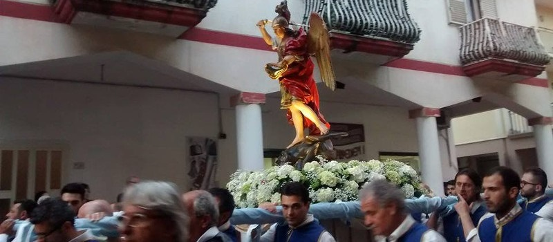 statua di San Michele Arcangelo portata in processione