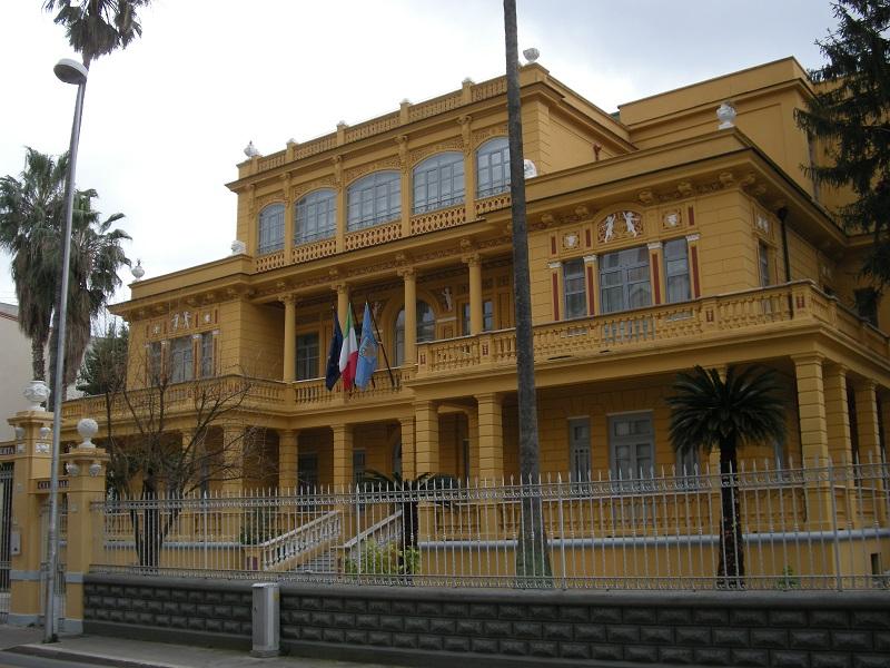 La Biblioteca Provinciale Federico Scialla si trova a Villa Vitrone