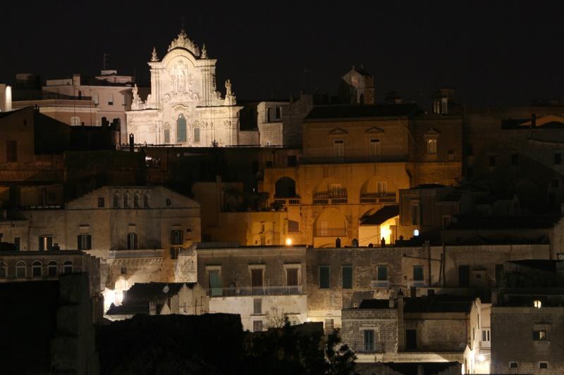 Matera Di Notte Cosa Fare- chiesa illuminata