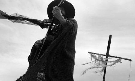 immagine dell'artista in bianco e nero mentre suona