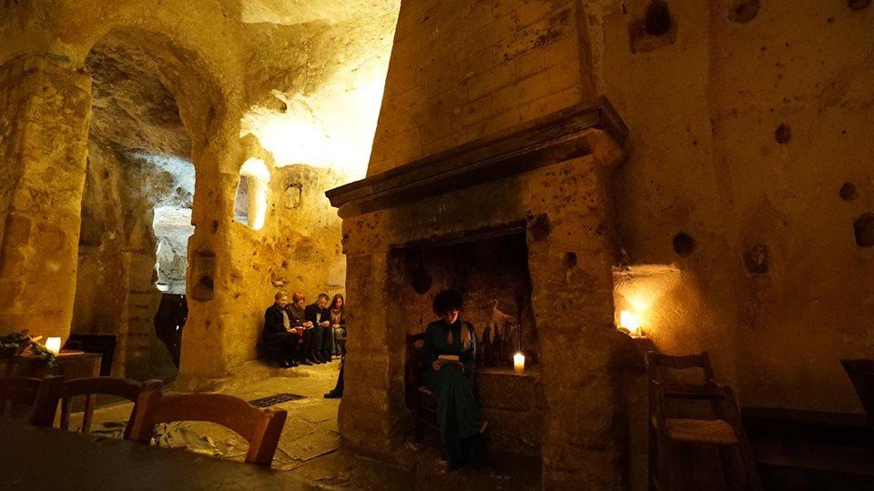 visitatori dentro una casa di Matera