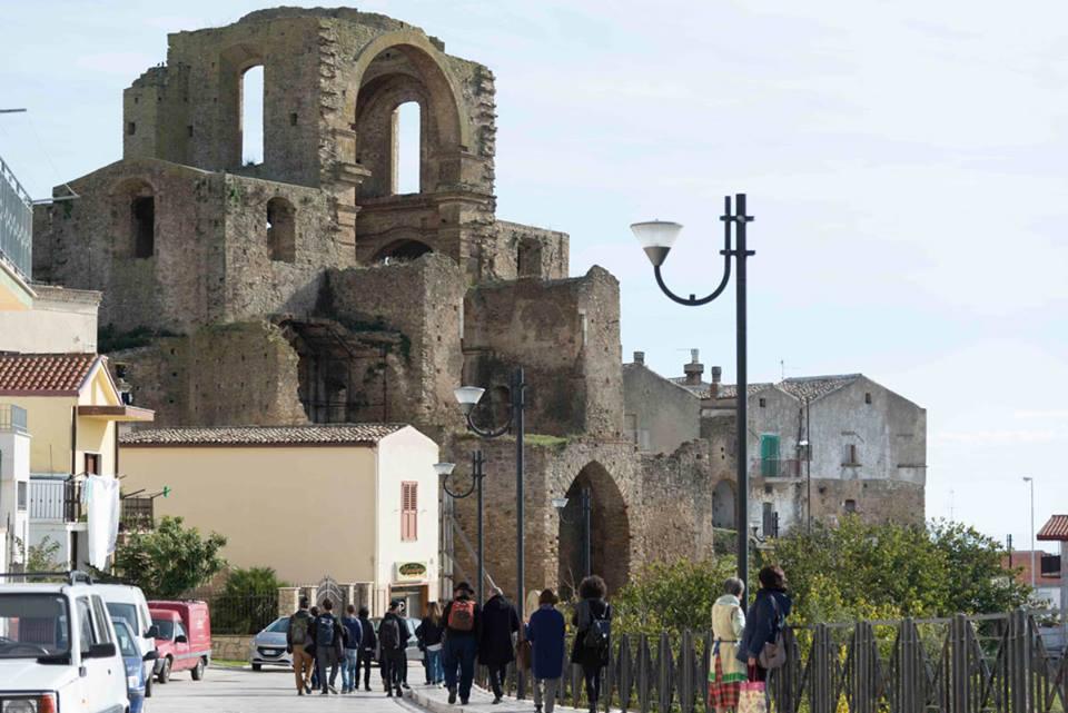 gruppo di turisti a Matera che si recano a visitare Grottole