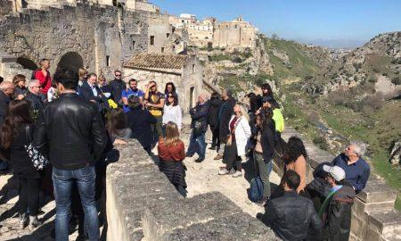 gruppo di giovani che percorrono le strada di Matera
