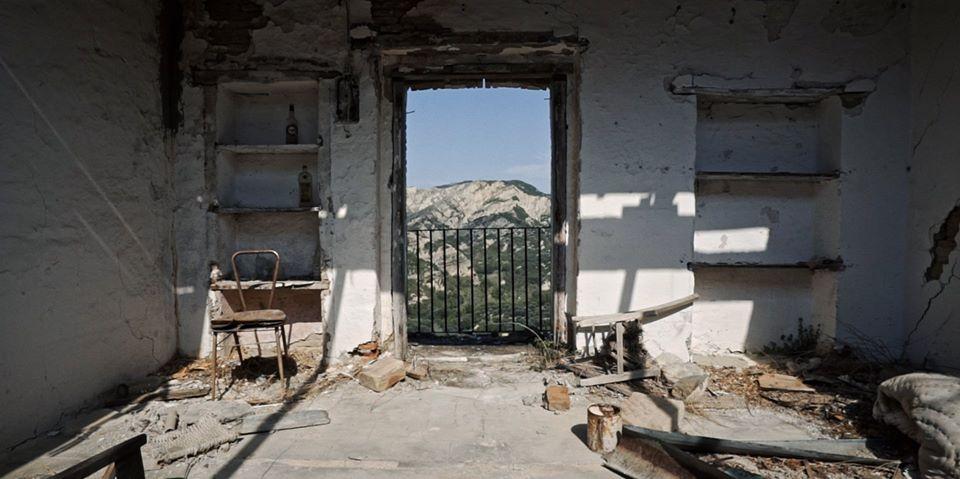 Ritorni e partenze, una casa diroccata in un paese spopolato