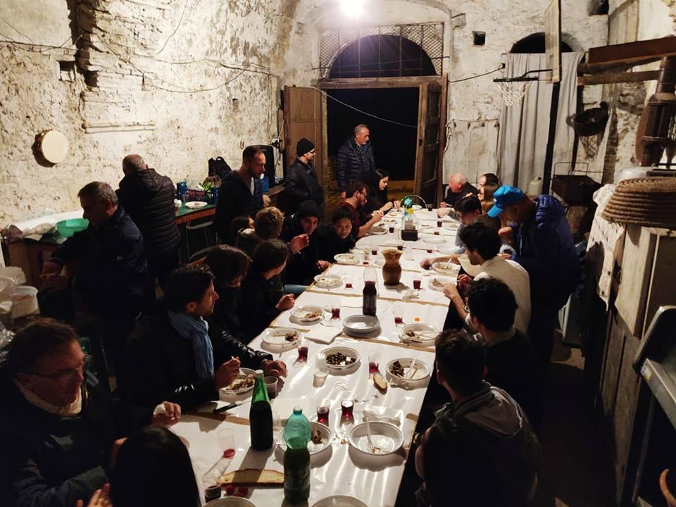 Un banchetto fra ospiti convenuti nel borgo vicino Matera