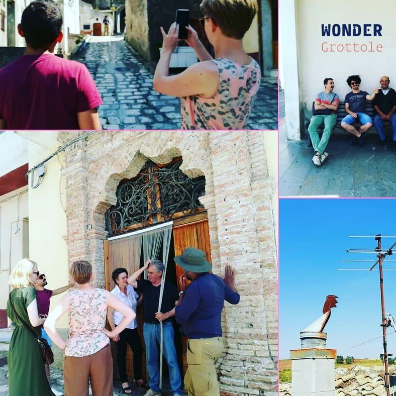 un gruppo di turisti nel centro storico del borgo di Grottole in provincia di Matera