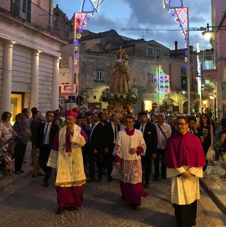 la processione della bruna con i sacerdoti e i fedeli