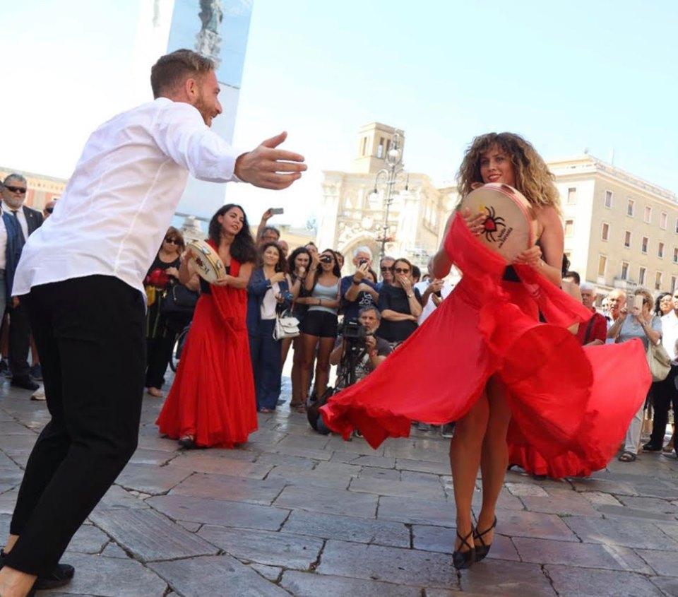 ballerini di taranta in piazza