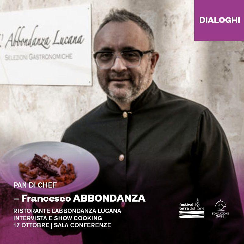 lo chef Francesco Abbondanza con in mano un piatto di pasta