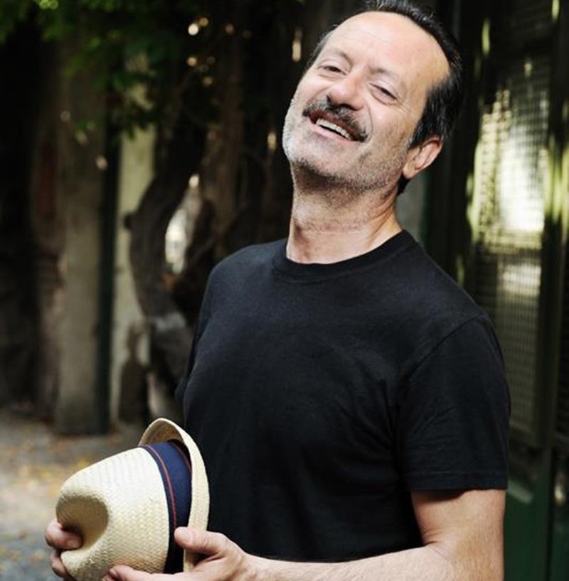 Rocco Papaleo con un cappello in mano