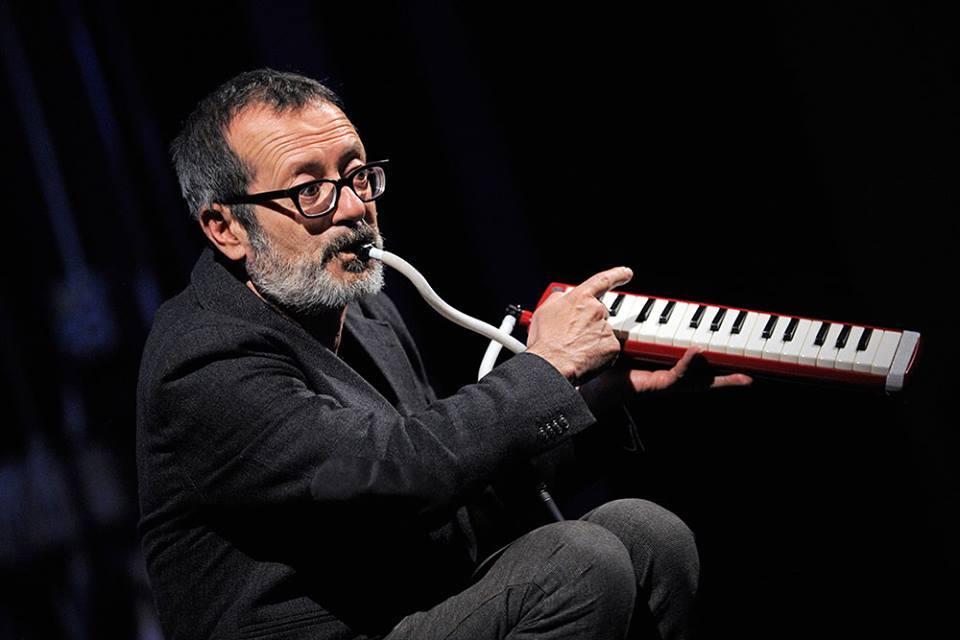 Rocco Papaleo mentre suona una tastiera