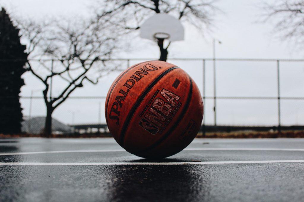 Pallone Da Basket Sul Manto Di Un Campetto