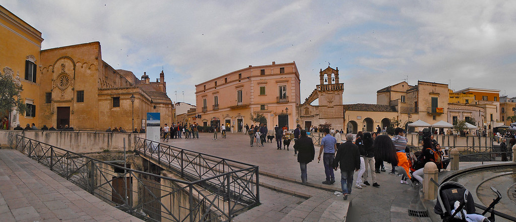 Mariolina Venezia - Matera e i turisti a passeggio