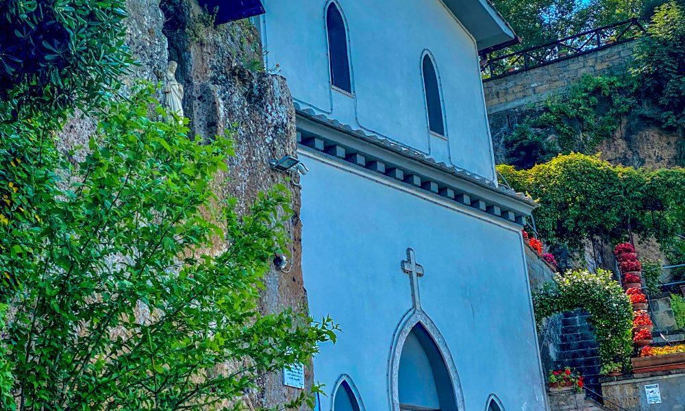Ai piedi di una roccia tufacea nasce il Santuario della Santissima Trinità