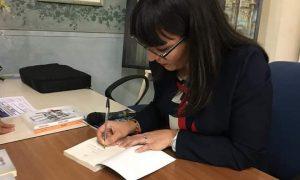 Sonia Bucciarelli firma una copia del suo romanzo