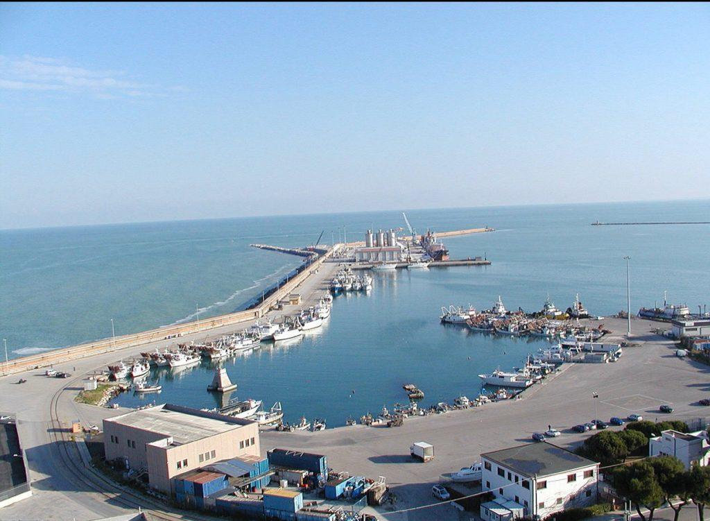 visuale dalla Passeggiata Orientale sul porto di Ortona