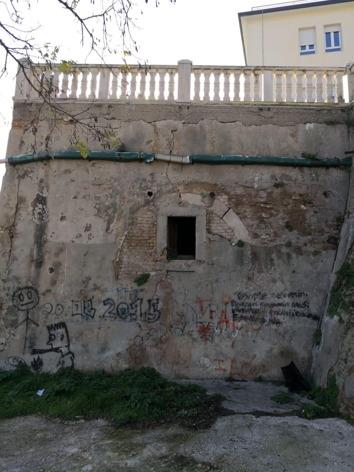 resti dell'antica porta della Marina proprio sotto il castello Aragonese