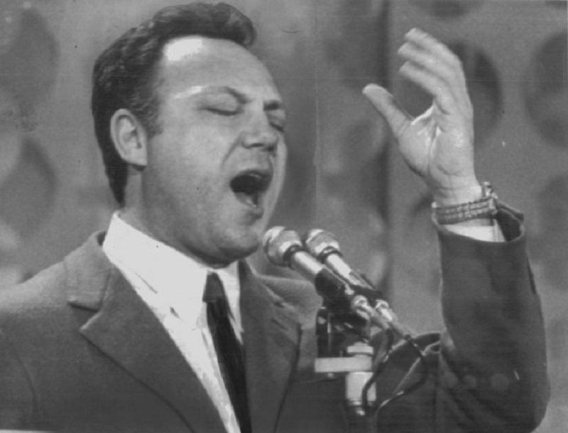 Claudio Villa canta la canzone Vola Vola Vola scritta da Luigi Dommarco