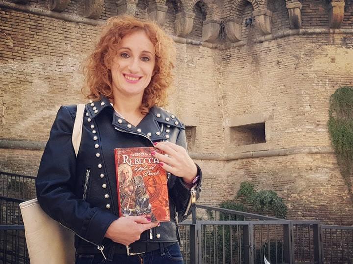 Anna Maria Pierdomenico in posa davanti al Castello