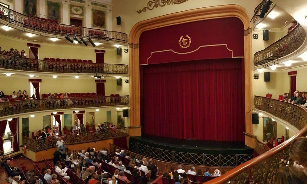 Teatro pieno di persone dove andrà in scena il teatro per ragazzi