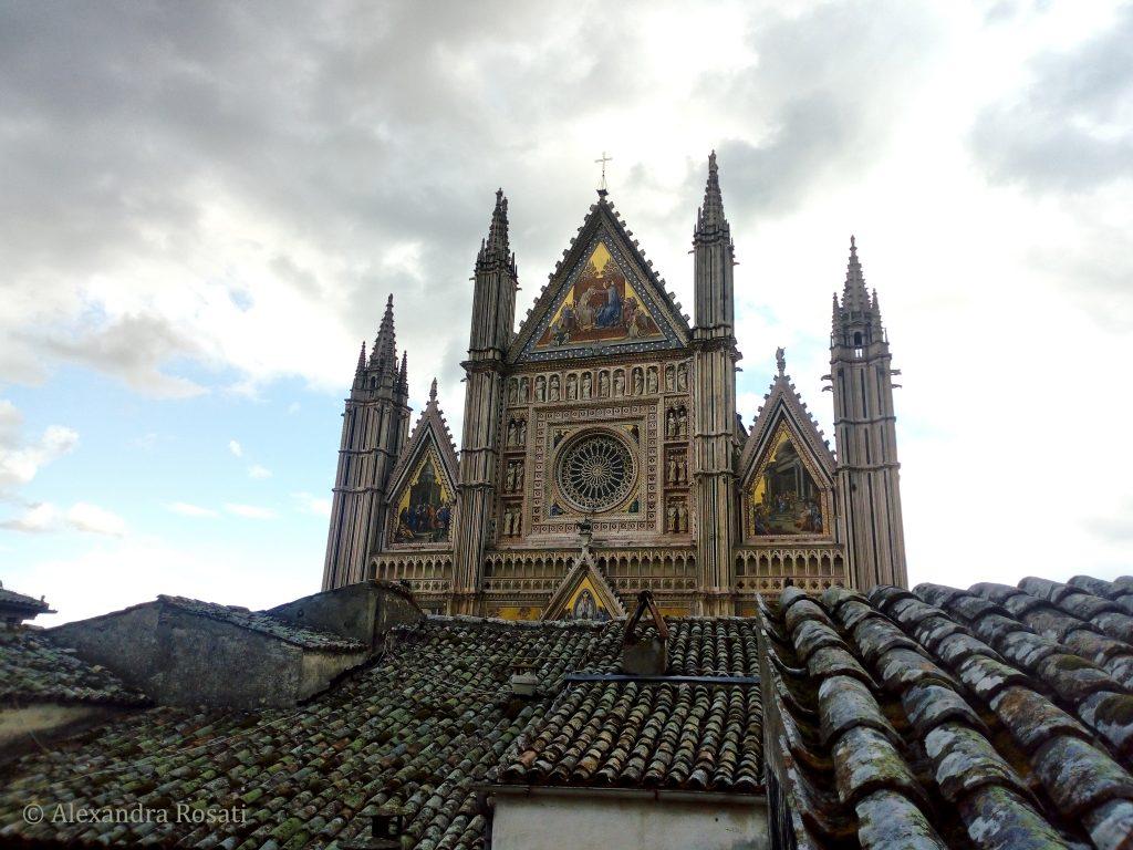 Duomo di Orvieto - La facciata del Duomo sui tetti di Orvieto
