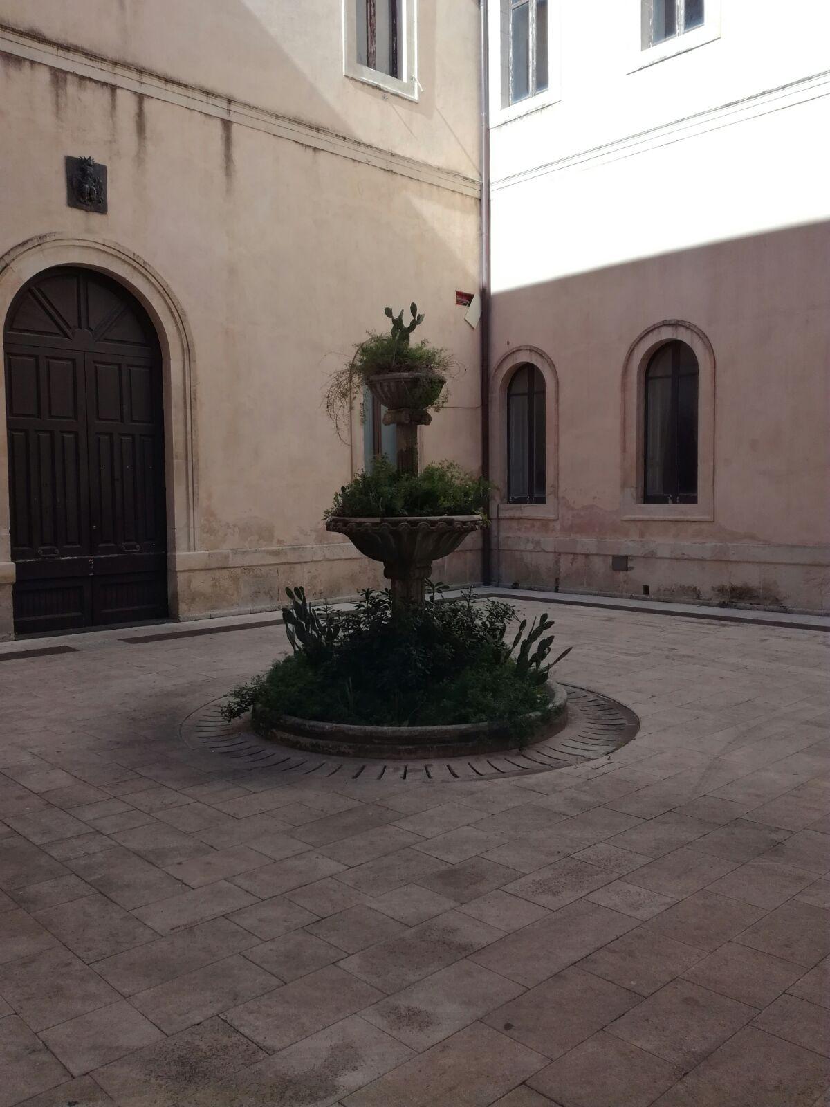 La fontana dentro l'Atrio comunale al Municipio di Palazzolo Acreide