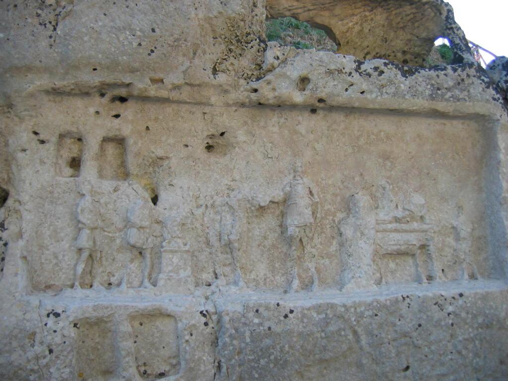 Uno dei bassorilievi presenti nell'area di Akrai