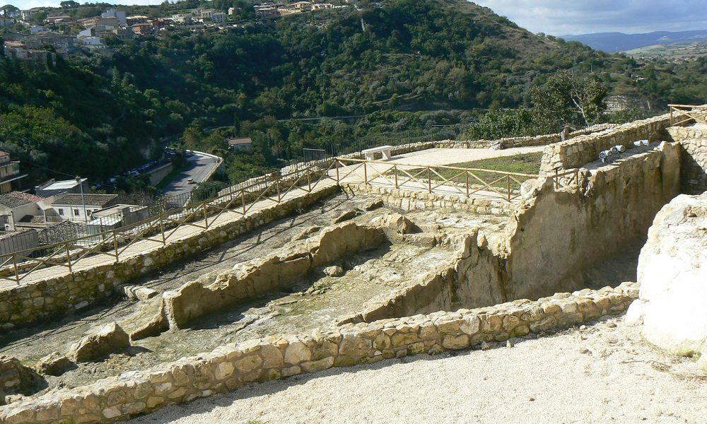Il castello medievale di Palazzolo Acreide e la veduta della Valle dell'Anapo