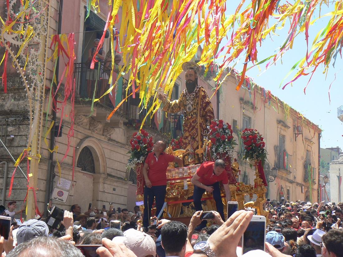 Il simulacro di San Paolo portato in processione