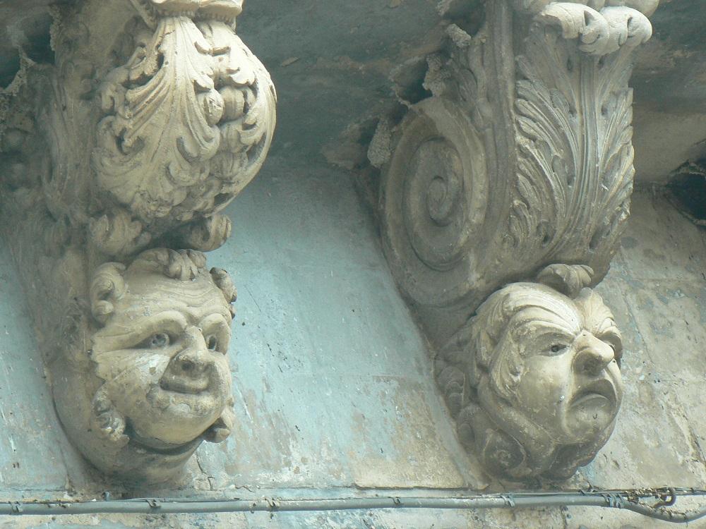 Dettagli della balconata barocca di palazzo Caruso
