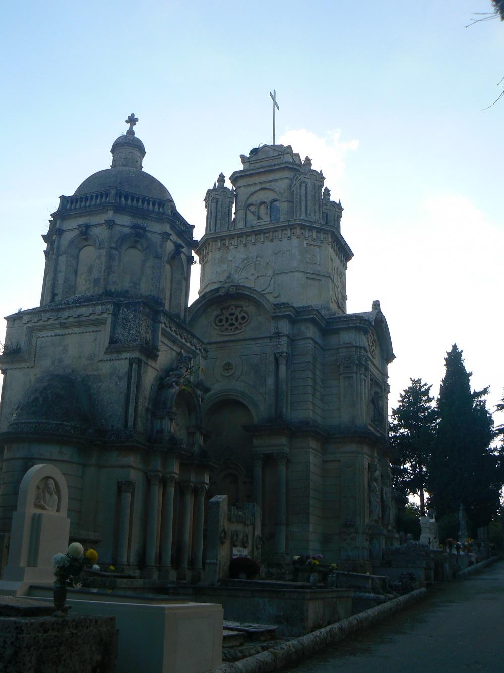 Una delle cappelle nobiliari del cimitero di Palazzolo