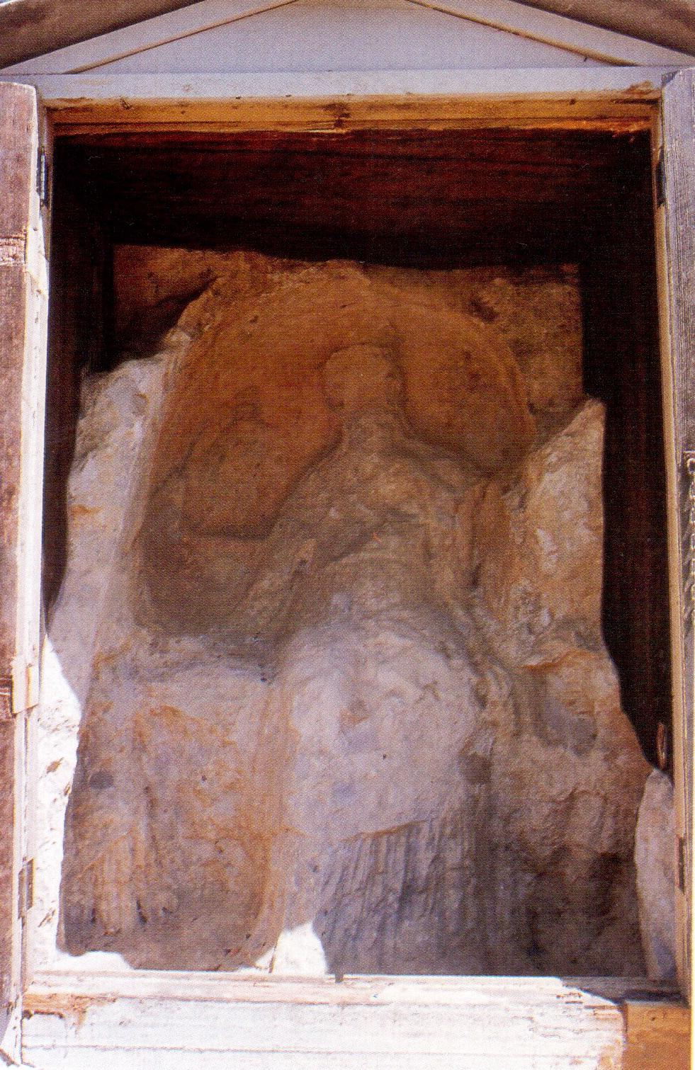 Una delle dodici sculture rupestri della Dea Cibele