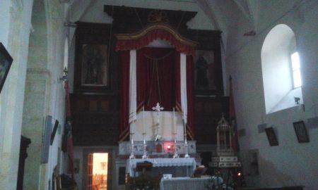 L'interno della chiesa di San Francesco abbellita per la festa