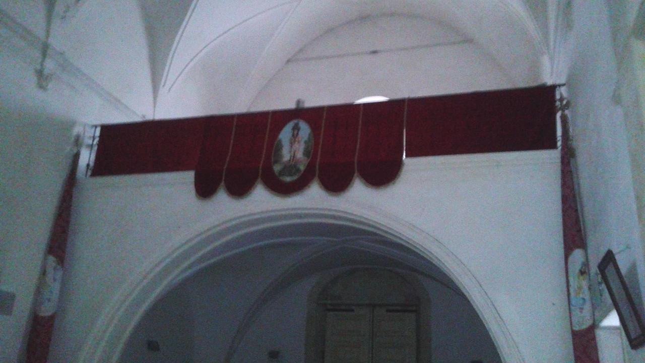 Gli addobbi dentro la chiesa di San Francesco
