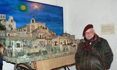 Giovanni Leone con uno dei presepi alla Casa museo di Palazzolo