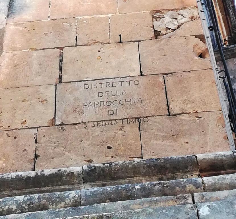 Iscrizione sul confine tra quartieri a Palazzolo