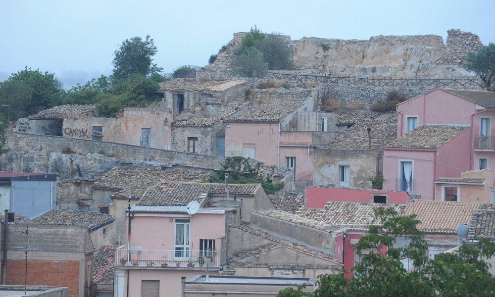 Veduta Palazzolo con castello m edievale
