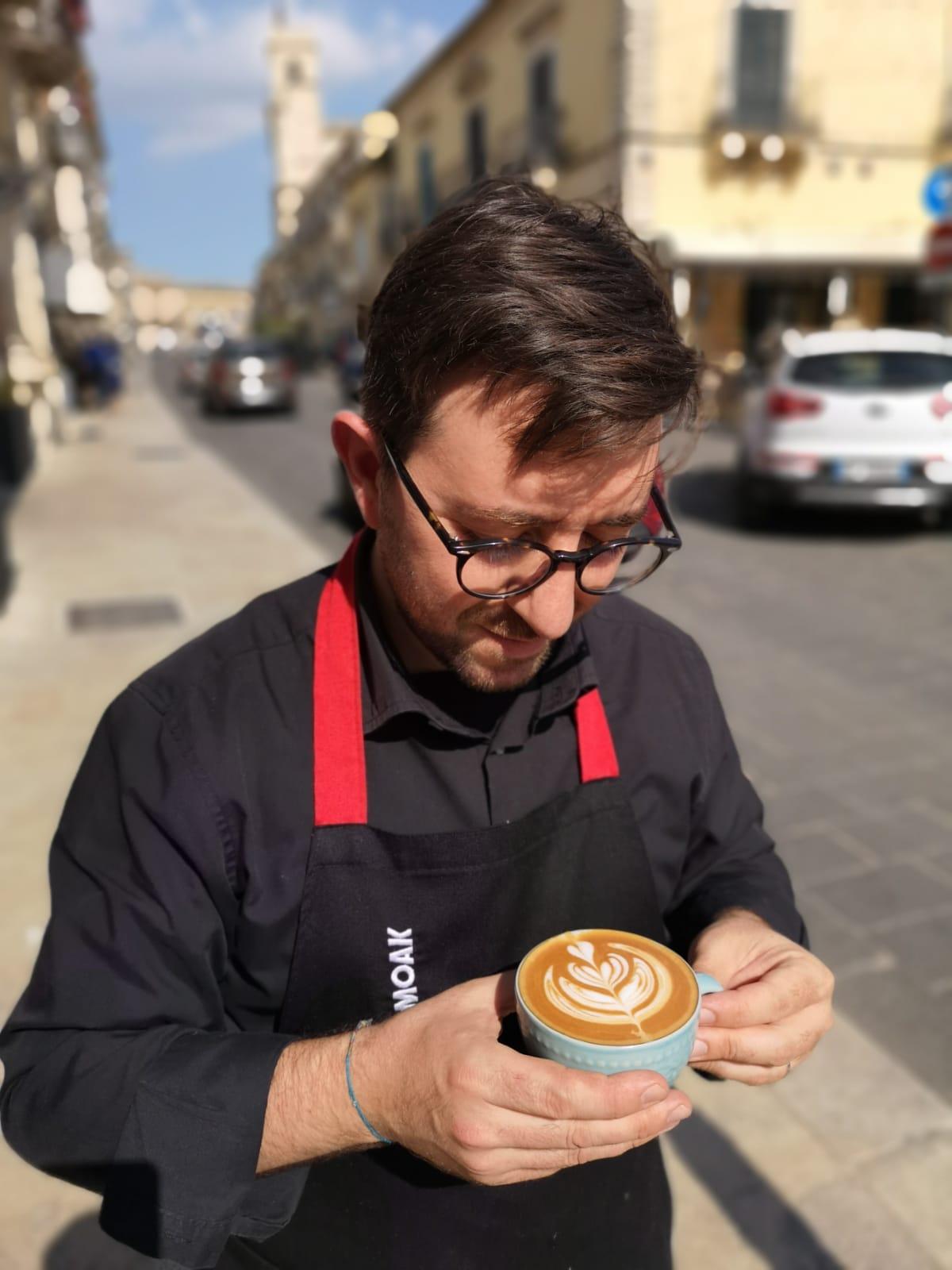 Giuseppe Valvo con uno dei suoi tradizionali cappuccini