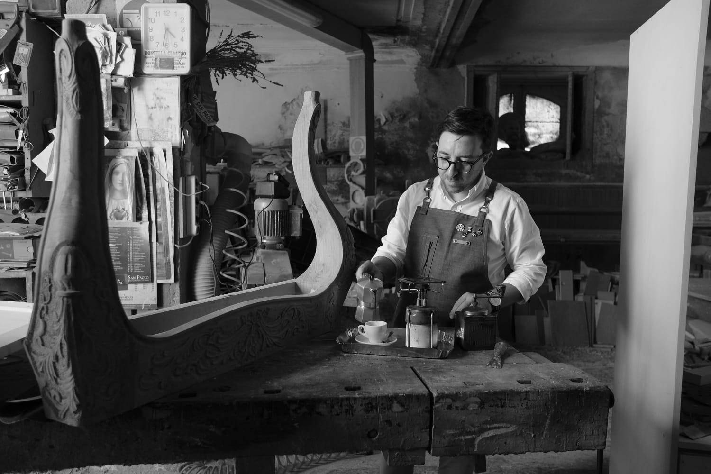 Giuseppe Valvo in una falegnameria di Palazzolo