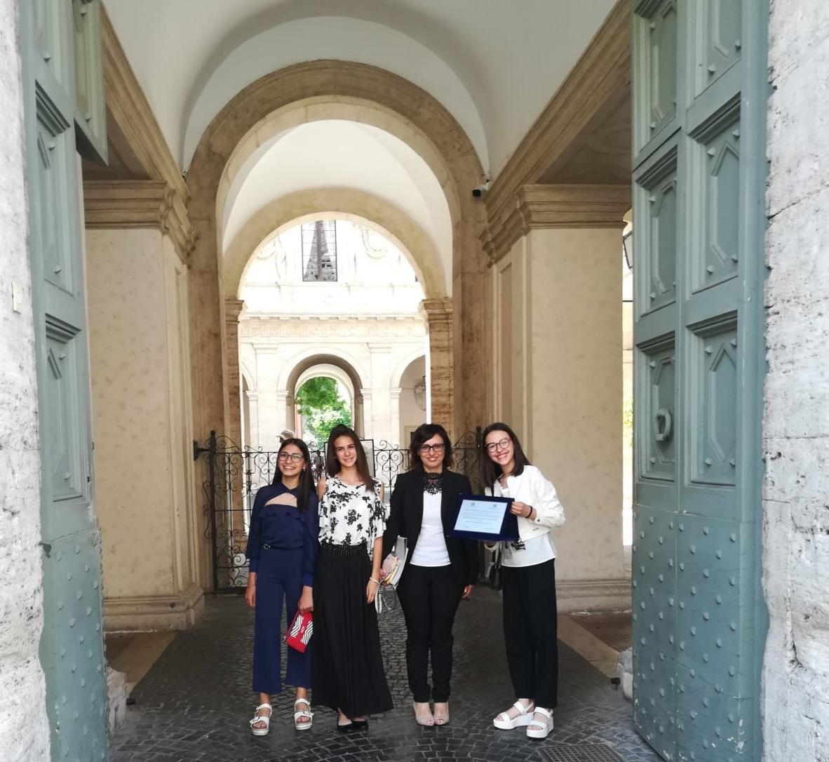 Altra immagine delle studentesse premiate a Roma