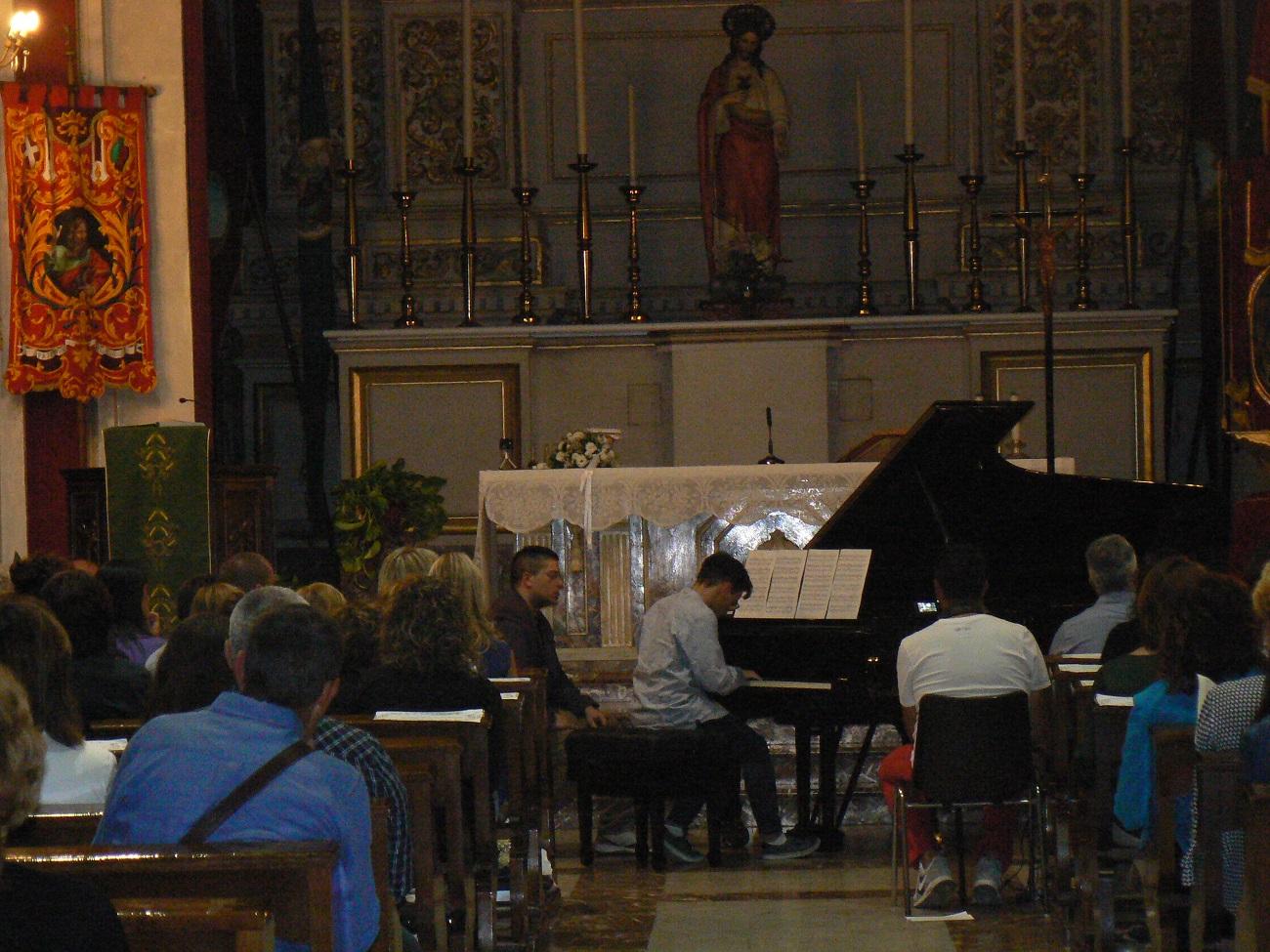 Il maestro Nieli con un altro musicista