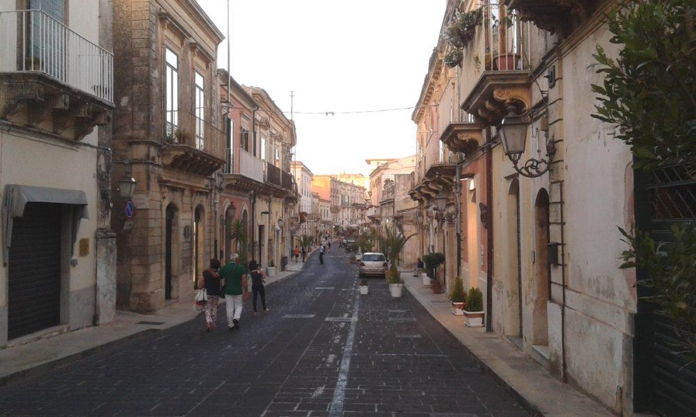 L'isola pedonale nel centro storico di Palazzolo