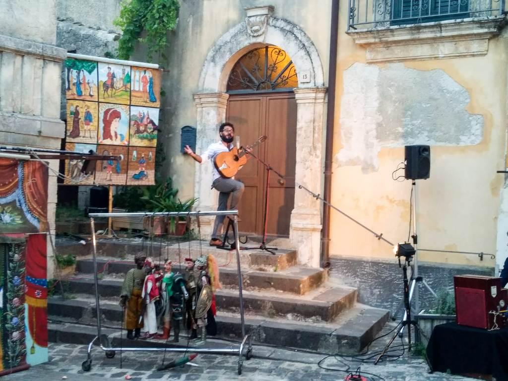 Esibizione dei cantastorie alla casa museo di Palazzolo