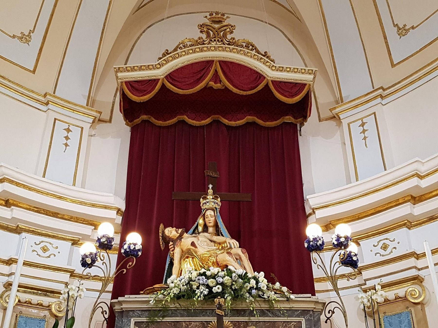 L'Addolorata sull'altare della chiesa
