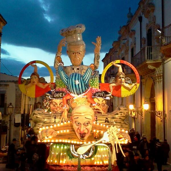 Carri allegorici di una passata edizione del Carnevale palazzolese