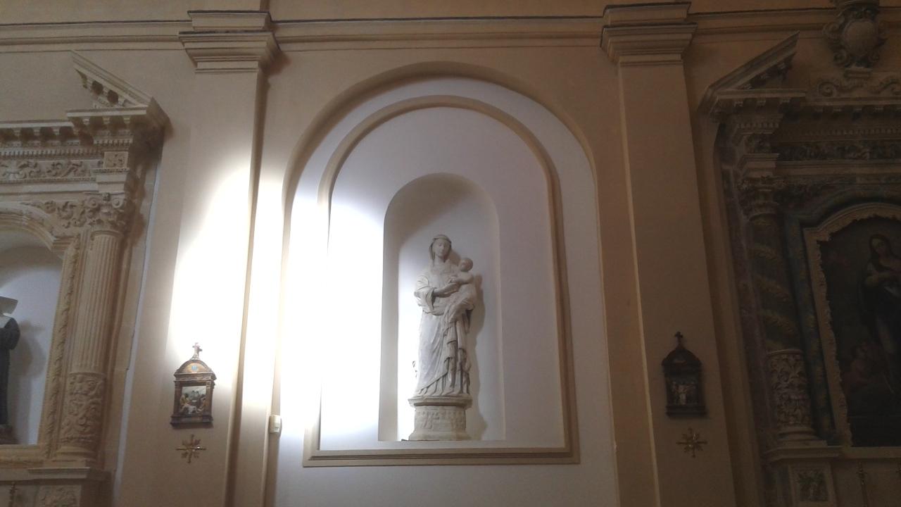 La nicchia che custodisce la Madonna con bambino del Laurana