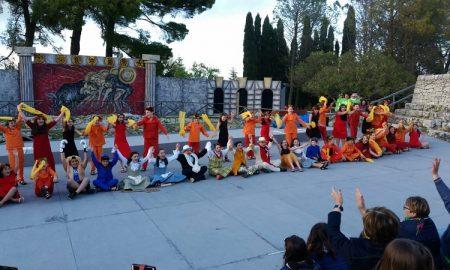 La commedia Le Rane del plesso D'Albergo tra le scuole di Palazzolo