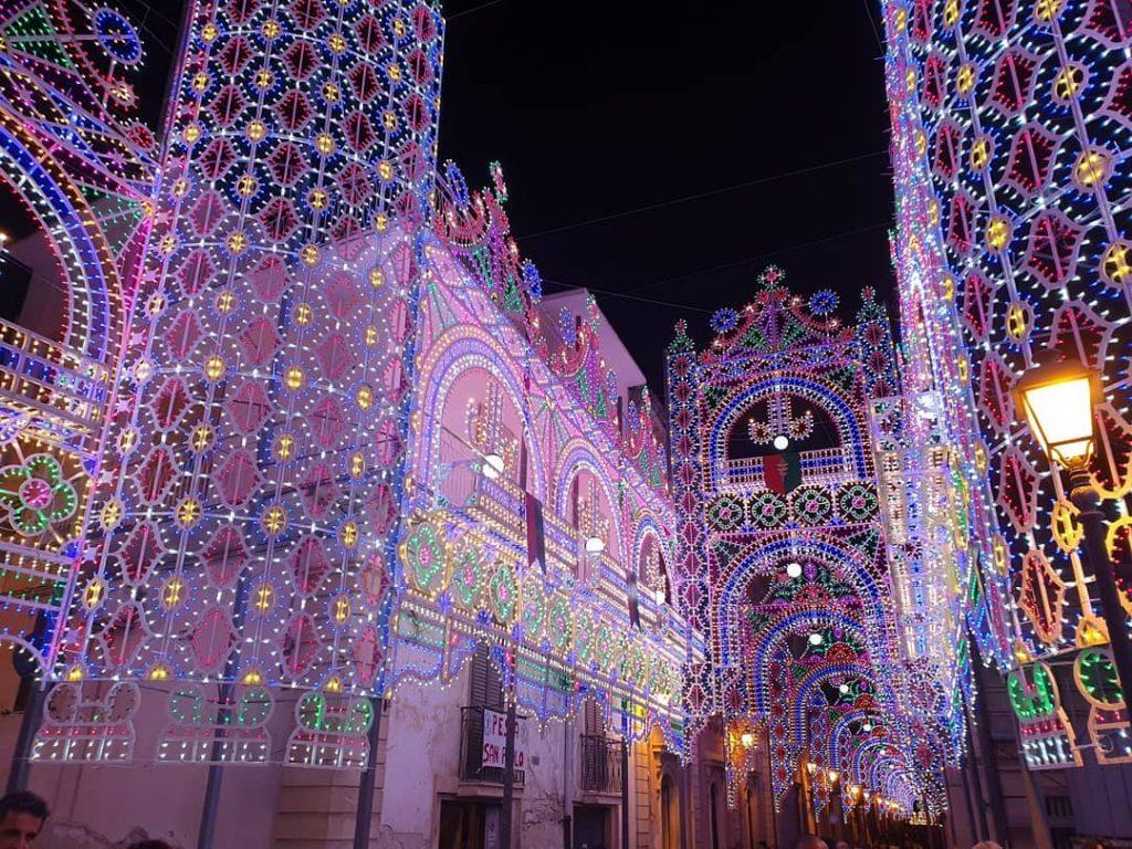 Le luminarie del quartiere durante la festa di San Paolo